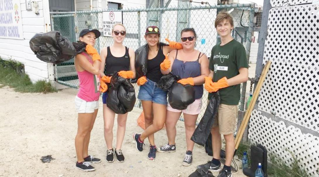 中米ベリーズでゴミ拾いに取り組む環境保護の高校生ボランティアたち